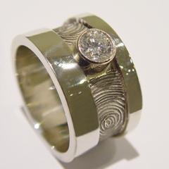 sgd5046 vingerafdruk ring gedenken witgoud laser briljant diamant herinnering aandenken edelsmid www.tonvandenhout.nl goudsmid gedenksieraad handgemaakt bijzonder sieraden