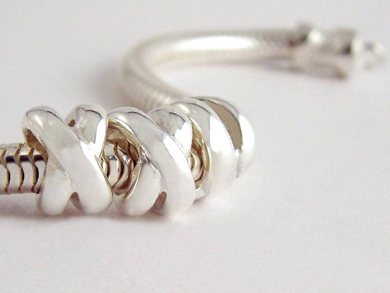sb6826-beads-bedels-bedelarmband-kusje-kus-handgemaakt-www.tonvandenhout.nl-edelsmid-edelsmeden-roermond-zilver-lief-liefde-love-bijzonder-origineel-sieraden-uniek-ambacht