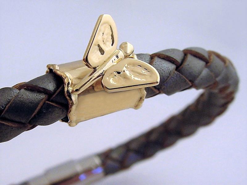 sb8292-vlinder-logo's-leer-armband-goud-herinnering-sieraden-gedenksieraden-www.tonvandenhout.nl-edelsmid-goudsmid-bedels-hanger-bead-origineel-bijzonder-bedelarmband-kado