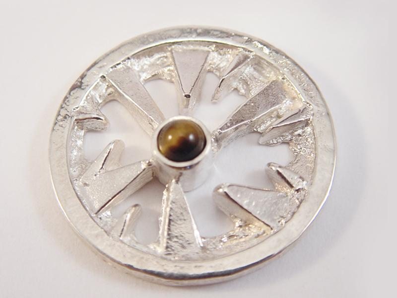 sr1557-roermuntje-steen-bruin-tijgeroog-zilver-munt-handgemaakt-edelsmid-goudsmid-juwelier-origineel-www.tonvandenhout.nl-bijzonder-uniek-sieraden-hanger-munthanger-cadeau