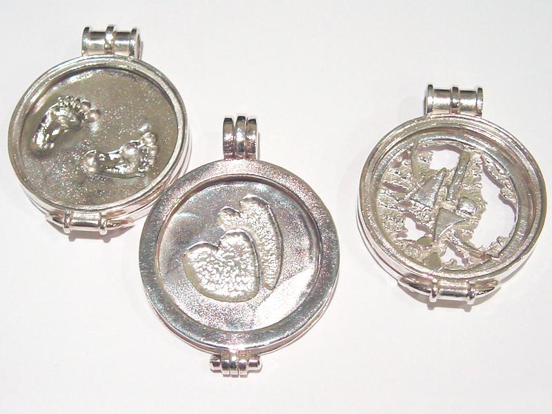 sr5104-roermuntje-zilver-hart-voetjes-edelsmid-handgemaakt-goudsmid-sieraden-hanger-munt-herinnering-aandenken-origineel-bijzonder-uniek-juwelier-roermond-munthanger-logo