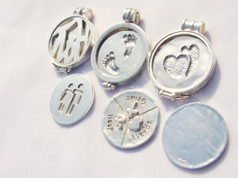 sr5150-roermuntje-zilver-munt-hanger-handgemaakt-bijzonder-hartje-voetjes-geboorte-cadeau-relatiegeschenk-logo's-edelsmid-www.tonvandenhout.nl-geschenk-kado-origineel-hart