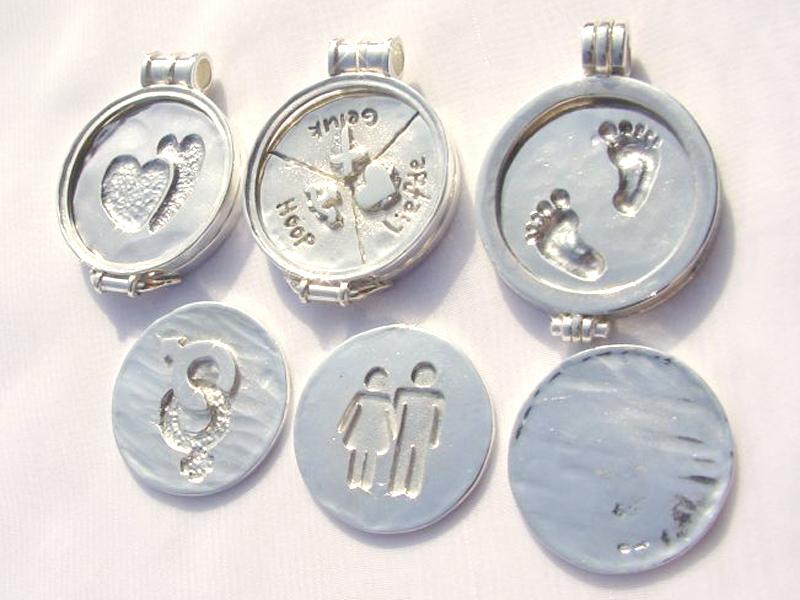 sr5179-zilver-sieraden-munt-hanger-edelsmid-hartje-www.tonvandenhout.nl-logo's-handgemaakt-voetjes-relatiegeschenk-geboorte-cadeau-kado-baby-voetje-herinnering-aandenken