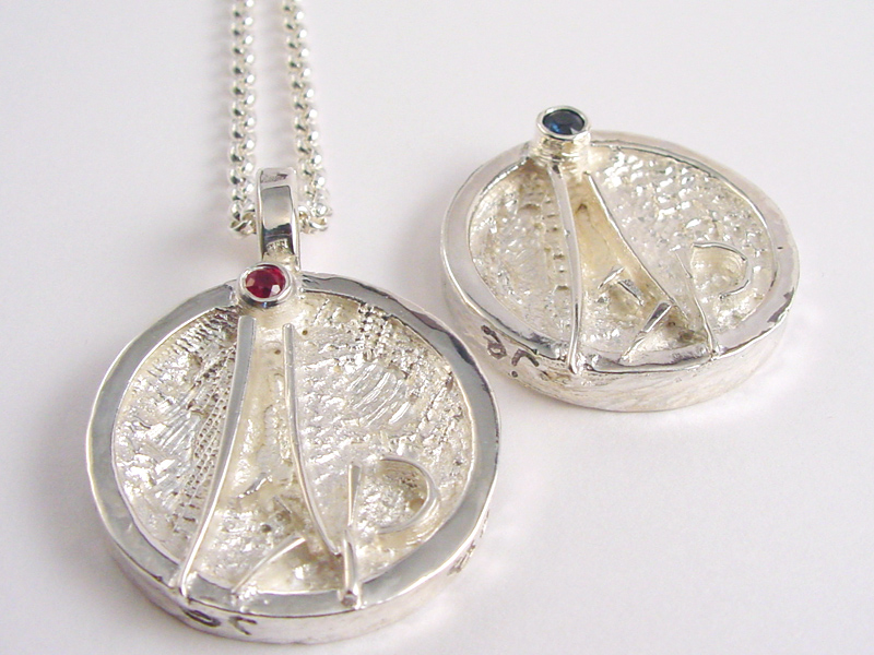 sr6996-huwelijk-roermuntje-naam-robijn-zilver-bijzonder-handgemaakt-edelsmid-goudsmid-sieraden-www.tonvandenhout.nl-logo-logo's-relatiegeschenk-uniek-herinnering-hanger-juwelier