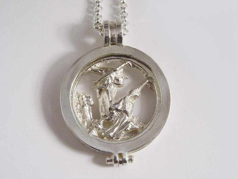 sr7385-munt-zilver-heks-logo-logo's-relatiegeschenk-sieraden-edelsmid-www.tonvandenhout.nl-goudsmid-juwelier-munthanger-roermuntje-roermond-jubileum-jubilaris-kado-cadeau-hanger