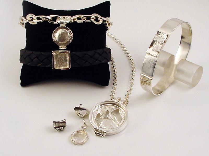 sr8820-vingerafdruk-roermuntje-as-gedenken-assieraad-urn-sieraden-www.tonvandenhout.nl-herinnering-herinneren-handgemaakt-edelsmid-armband-leer-hart-hanger-zilver-bedels