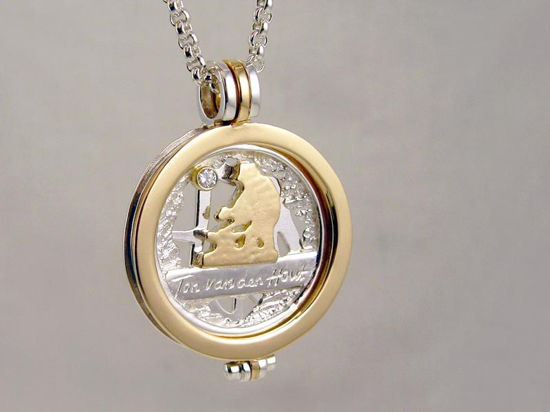 sr9097-sieraden-bicolor-goud-zilver-relatiegeschenk-jubileum-jubilaris-edelsmid-handgemaakt-logo-logo's-www.tonvandenhout.nl-smid-briljant-roermuntje-hanger-munt-herinnering-tekst
