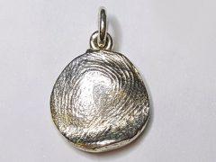sg1259-vingerafdruk-was-goud-zilver-hanger-gedenken-gedenksieraden-edelsmid-www.tonvandenhout.nl-edelsmeden-goudsmid-aandenken-herinnering-gedenksieraad-sieraden-handgemaakt-uniek