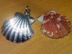 sg2922-schelp-zilver-www.tonvandenhout.nl-edelsmid-roermond-edelsmeden-handgemaakt-hanger-gedenken-herinnering-santiago-compostella-schelpje-bedels-bijzonder-origineel