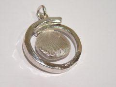 sg4996-assieraden-assieraad-urn-sieraden-gedenken-vingerafdruk-hanger-www.tonvandenhout.nl-edelsmid-goudsmid-aandenken-handgemaakt-zilver-as-herinnering