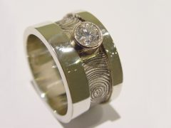 sg5046-vingerafdruk-ring-gedenken-witgoud-briljant-edelsmid-handgemaakt-www.tonvandenhout.nl-herinnering-sieraden-aandenken-goudsmid-bijzonder-origineel