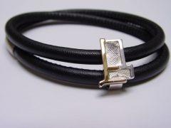 sg5349-vingerafdruk-herinneringssieraad-sieraden-gedenken-herinnering-edelsmid-handgemaakt-www.tonvandenhout.nl-bead-armband-bicolor-zilver-goud-leer-uniek