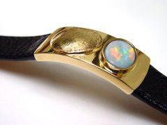 sg5530-vingerafdruk-gedenksieraden-gedenken-herinnering-edelsmid-handgemaakt-www.tonvandenhout.nl-herinneringssieraden-armband-opaal-goud-leer-uniek