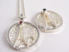 sg6996-huwelijk-roermuntje-naam-robijn-zilver-bijzonder-handgemaakt-edelsmid-goudsmid-sieraden-www.tonvandenhout.nl-logo-logo's-relatiegeschenk-uniek-herinnering-hanger-juwelier