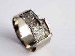 sg7538-vingerafdruk-ring-letters-handgemaakt-gedenken-gedenksieraden-herinneringssieraden-edelsmid-www.tonvandenhout.nl-witgoud-origineel-bijzonder-uniek