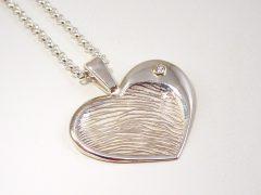 sg809-hanger-vingerafdruk-zilver-briljant-gedenken-sieraden-edelsmid-goudsmid-www.tonvandenhout-hart-handgemaakt-bijzonder-origineel-herinneren-uniek