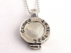 sg8184-vingerafdruk-sieraad-vingerafdruksieraden-hanger-edelsmid-www.tonvandenhout.nl-sieraden-handgemaakt-gedenken-herinnering-ketting-bedels-zilver-naam-geboorte-cadeau