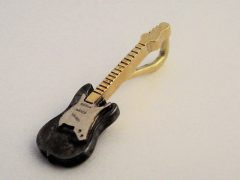 sg8235-gitaar-gedenken-bicolor-hanger-logo-zilver-goud-logos-sieraden-edelsmid-herinneringen-www.tonvandenhout.nl-goudsmid-relatiegeschenk-origineel-handgemaakt-bijzonder-uniek
