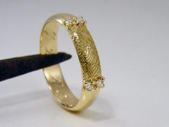 sg8745-trouwring-ring-goud-vingerafdruk-briljant-herinnering-handgemaakt-edelsmid-diamant-www.tonvandenhout.nl-goudsmid-juwelier-origineel-bijzonder-uniek-gedenken-erfstuk