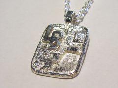 sg8881-tag-zilver-hanger-vingerafdruk-gedenksieraden-gedenken-gedenksieraad-www.tonvandenhout.nl-letters-edelsmid-rouwsieraad-ashanger-as-urn-sieraden-handgemaakt