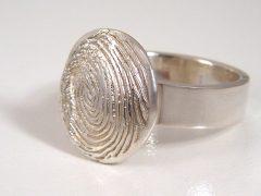 sg9050-zilver-ring-vingerafdruk-gedenken-edelsmid-sieraden-www.tonvandenhout.nl-origineel-herinnering-gedenksieraad-herinneren-goudsmid-juwelier-bijzonder