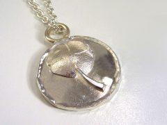 sg9375-hanger-klavertje-vier-vingerafdruk-sieraden-gedenken-herinnering-zilver-rouw-www.tonvandenhout.nl-edelsmid-aandenken-gedenksieraden-gedenksieraad