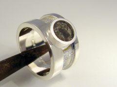sg9605-ring-as-gedenken-epoxy-vingerafdruk-laser-zilver-edelsmid-www.tonvandenhout.nl-goudsmid-origineel-bijzonder-handgemaakt-sieraden-herinnering-uniek-zichtbaar