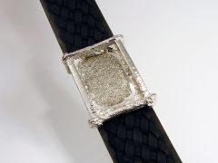 sg9704-armband-leer-vingerafdruk-gedenken-witgoud-www.tonvandenhout.nl-edelsmid-herinnering-gedenksieraden-sieraden-sieraad-aandenken-hanger-gedenksieraad-handgemaakt-goud