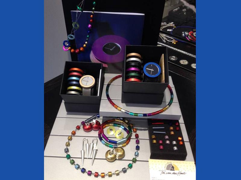 sh1540-otracosa-pierrejunod-watch-horloge-edelsmid-edelsmeden-www.tonvandenhout.nl-goudsmid-goudsmeden-roermond-kleur-juwelier-sieraden-horloges-uurwerk-aluminium-ringen