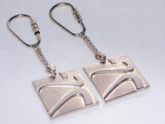 sl23-sleutelhanger-relatiegeschenk-relatiegeschenken-handgemaakt-edelsmid-www.tonvandenhout.nl-logo-logosieraad-logosieraden-bedrijfslogo-zilver-logo's-sieraden-goudsmid