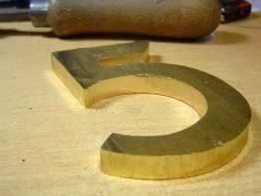 sl3924-verzetsmonument-roermond-5-edelsmid-handgemaakt-www.tonvandenhout.nl-edelsmeden-hout-geschenk-relatiegeschenk-nummer-messing-beeld-logo-logo's-origineel-bijzonder