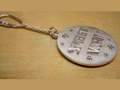 sl5735-naam-sleutelhanger-gedenken-zilver-letters-logo-sieraden-logo's-relatiegeschenk-handgemaakt-jubileum-edelsmid-www.tonvandenhout.nl-goudsmid-juwelier-herinneringen
