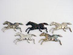sl6722-paard-relatiegeschenk-relatiegeschenken-handgemaakt-edelsmid-www.tonvandenhout.nl-logospeld-zilver-logo-logosieraad-logosieraden-bedrijfslogo-sieraden-logo's-uniek