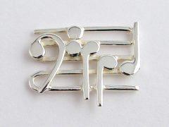 sl6744-logo-muziek-zilver-speld-muzieknoot-handgemaakt-edelsmid-relatiegeschenk-logo's-www.tonvandenhout.nl-sieraden-jubileum-bedrijven-herinneringen-goudsmid-juwelier