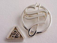 sl6750-logo-relatiegeschenk-relatiegeschenken-handgemaakt-edelsmid-www.tonvandenhout.nl-logospeld-speld-logosieraad-logosieraden-bedrijfslogo-logo's-zilver-sieraden-letter