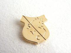 sl6764-logo-relatiegeschenk-relatiegeschenken-handgemaakt-edelsmid-www.tonvandenhout.nl-logospeld-speld-logosieraad-logosieraden-bedrijfslogo-schild-sieraden-goud-gravure