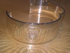 sl711-armband-zilver-logo-laser-www.tonvandenhout.nl-edelsmid-goudsmid-juwelier-handgemaakt-origineel-slavenband-bijzonder-herinneringen-logo's-jubileum-sieraden-ambacht