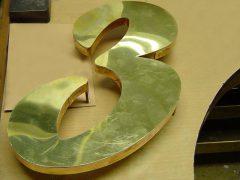 sl767-3-huisnummer-handgemaakt-edelsmid-www.tonvandenhout.nl-edelsmeden-bijzonder-goudsmid-origineel-messing-logo-logo's-sieraden-jubileum-bedrijfslogo-relatiegeschenk