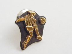 sl8414-logo-voetbal-bicolor-zilver-goud-speld-logo's-bedrijfslogo-jubileum-relatiegeschenk-edelsmid-www.tonvandenhout.nl-goudsmid-handgemaakt-origineel-sieraden-bijzonder