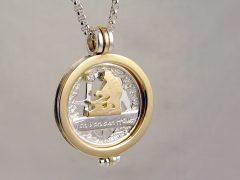 sl9097-sieraden-bicolor-goud-zilver-relatiegeschenk-jubileum-jubilaris-edelsmid-handgemaakt-logo-logo's-www.tonvandenhout.nl-smid-briljant-roermuntje-hanger-munt-ambacht