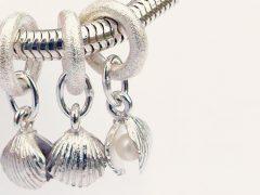 sp3602-schelp-bedels-parels-beads-bedelarmband-armband-zilver-parel-handgemaakt-hanger-bijzonder-strand-herinnering-edelsmid-www.tonvandenhout.nl-goudsmid-origineel-uniek