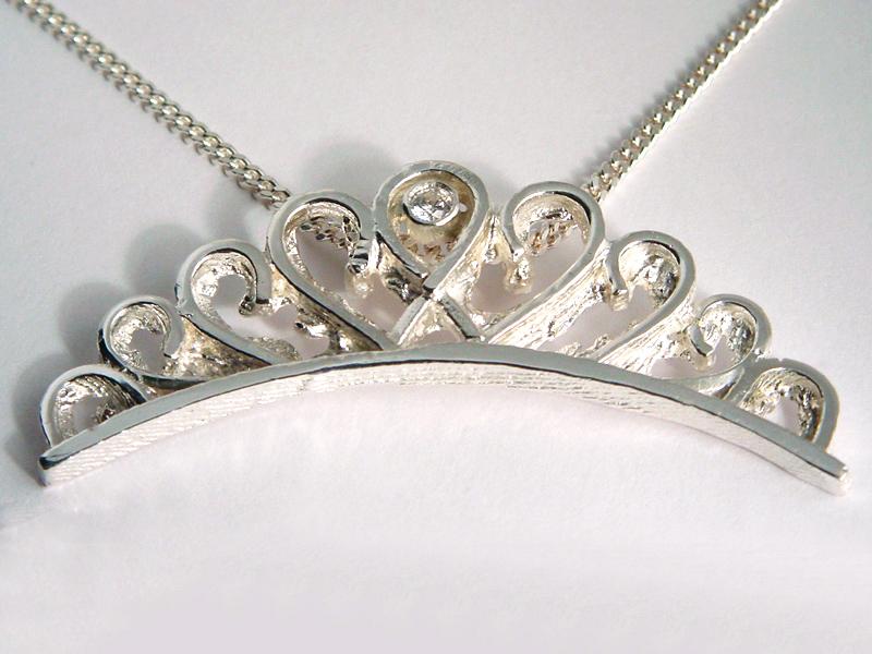 ssp1111-carnaval-prinses-edelsmid-handgemaakt-zilver-hanger-kroon-www.tonvandenhout.nl-markoef-melick-logo-logo's-ketting-steen-relatiegeschenk-jubileum-limburg-origineel