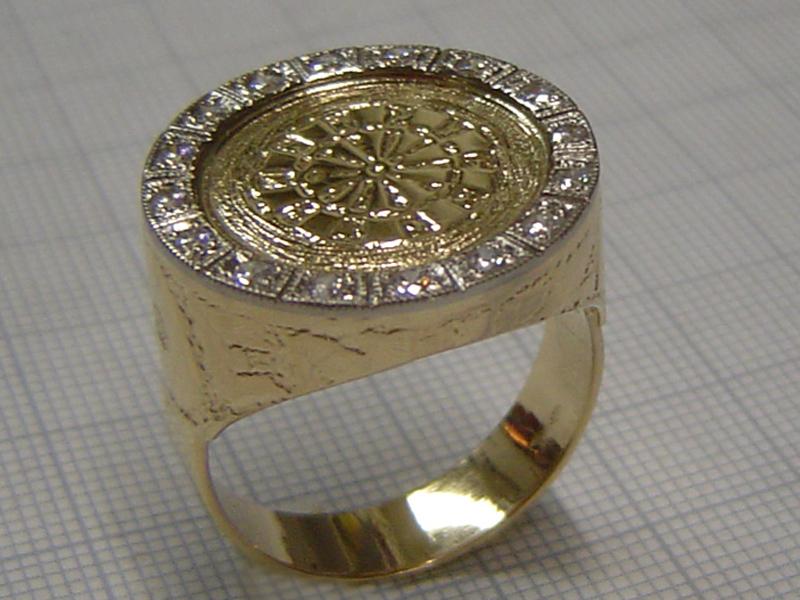 ssp1532-ring-bicolor-witgoud-geelgoud-briljant-dart-darten-handgemaakt-logo-logo's-edelsmid-www.tonvandenhout.nl-roermond-origineel-bijzonder-darter-juwelier-goudsmid-sieraden