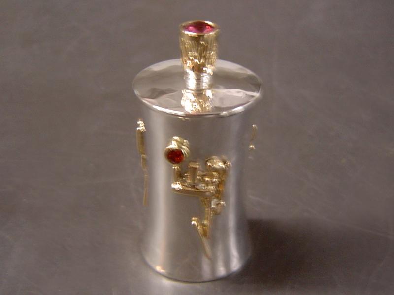 ssp4073-parfum-flesje-handgemaakt-bicolor-goud-edelsmid-www.tonvandenhout.nl-goudsmid-specials-bijzonder-origineel-uniek-steen-robijn-edelsteen-bedels-herinnering-hanger-sieraden