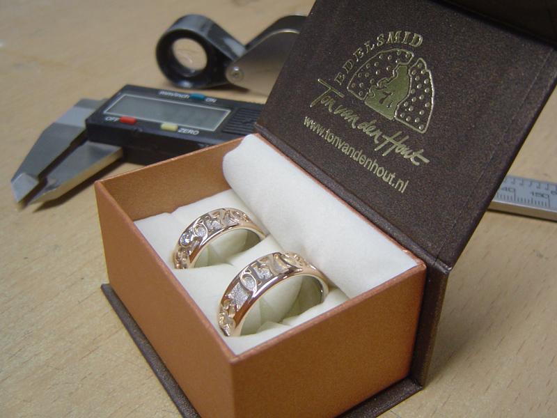 ssp6040-ring-trouwring-trouwringen-bicolor-witgoud-handgemaakt-edelsmid-www.tonvandenhout.nl-roermond-roodgoud-goudsmid-juwelier-bijzonder-origineel-naam-namen-sieraden-ringen
