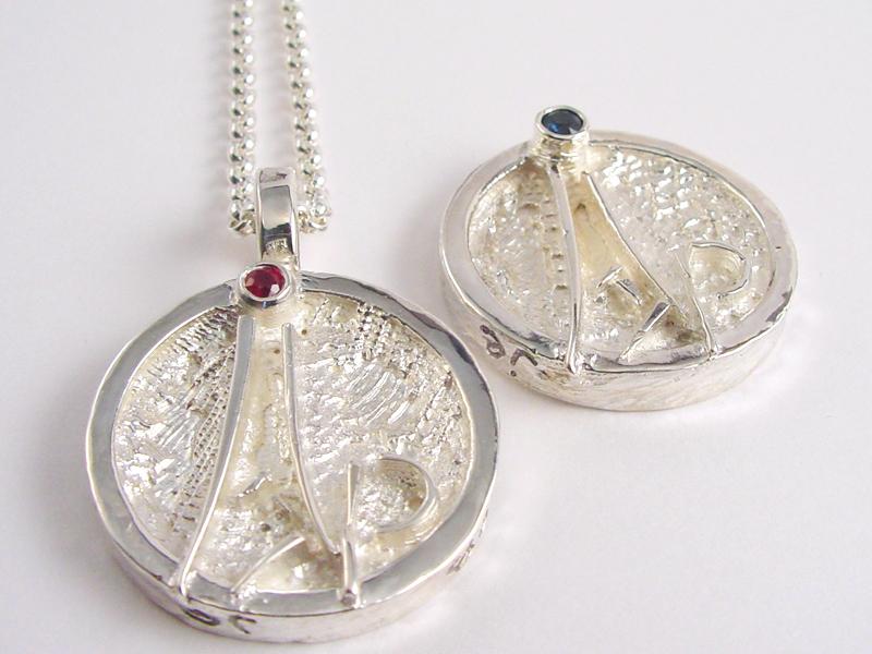 ssp6996-huwelijk-roermuntje-naam-robijn-zilver-bijzonder-handgemaakt-edelsmid-goudsmid-sieraden-www.tonvandenhout.nl-logo-logo's-relatiegeschenk-uniek-herinnering-hanger-juwelier