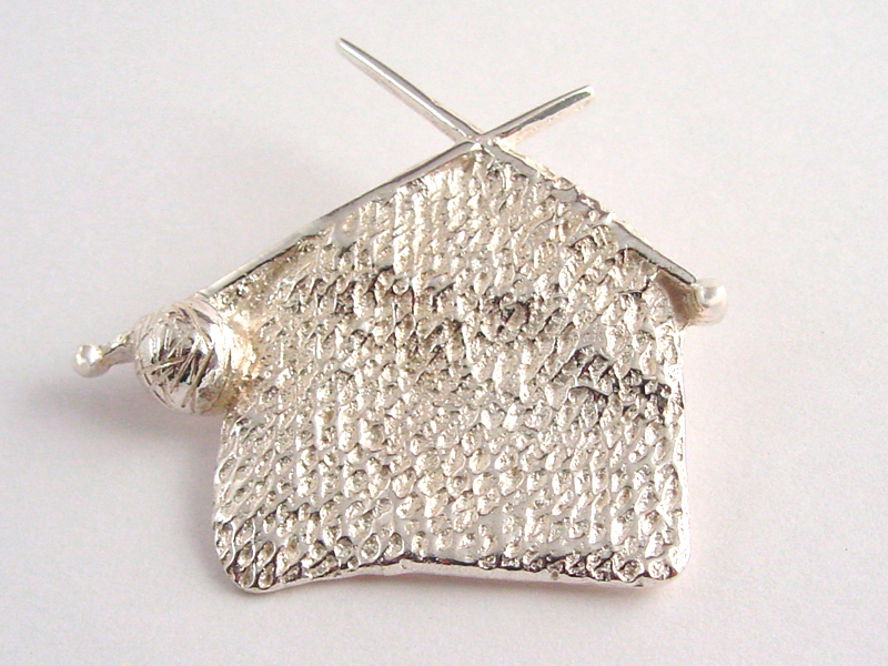 ssp7714-breiwerk-zilver-aandenken-gedenken-www.tonvandenhout.nl-gedenksieraden-gedenksieraad-herinnering-goudsmid-handgemaakt-edelsmid-hanger-speld-broche-roermond-breien