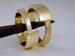 str0667-trouwringen-edelsmid-edelsmeden-goud-handgemaakt-www.tonvandenhout.nl-roermond-juwelier-bijzonder-origineel-geelgoud-goudsmid-uniek-roermond-ring