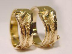 str111-trouwring-goud-www.tonvandenhout.nl-sieraden-edelsmid-goudsmid-bijzonder-origineel-uniek-roermond-trouwen-ring-geelgoud
