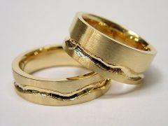 str27-geul-goud-trouwring-breed-edelsmid-handgemaakt-www.tonvandenhout.nl-origineel-geelgoud-juwelier-goudsmid-roermond-sieraden